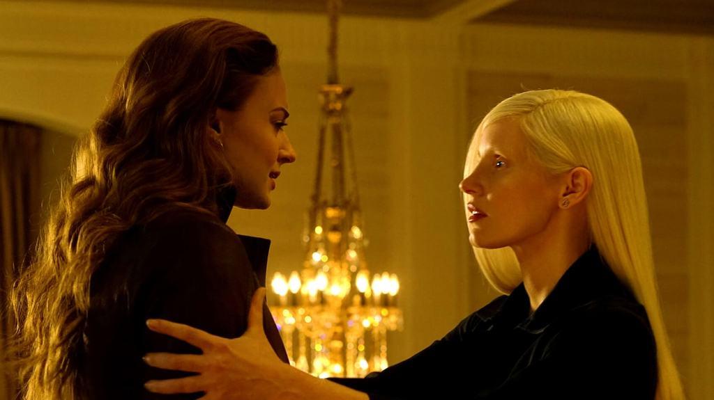 Jean (Sophie Turner) talking to Vuk (Jessica Chastain).