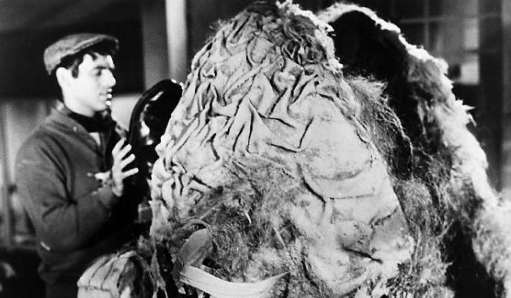 Seymour (Jonathan Haze) feeding Audrey Junior.
