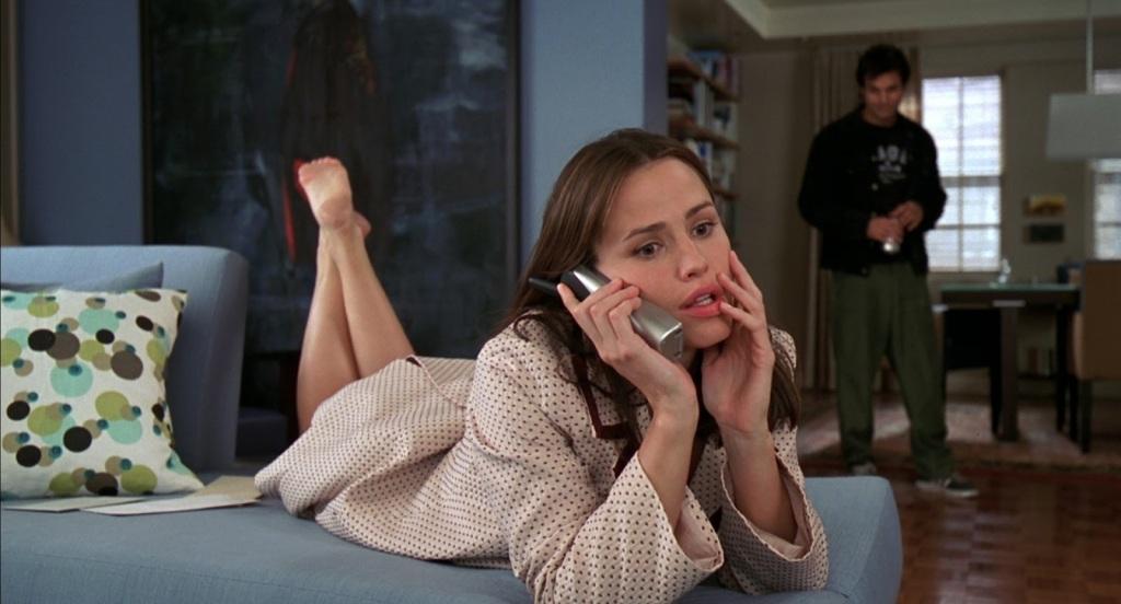 Jenna (Jennifer Garner) on the phone.