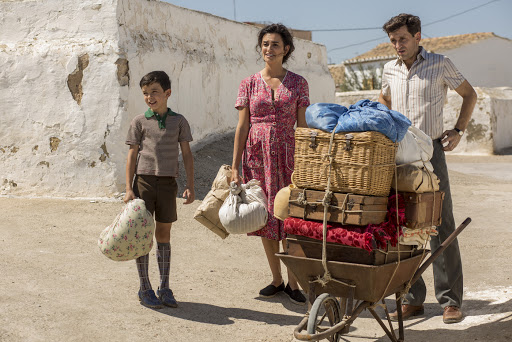 Young Salvador (Asier Flores) arrives in his new home with his parents (Penélope Cruz and Raúl Arévalo).