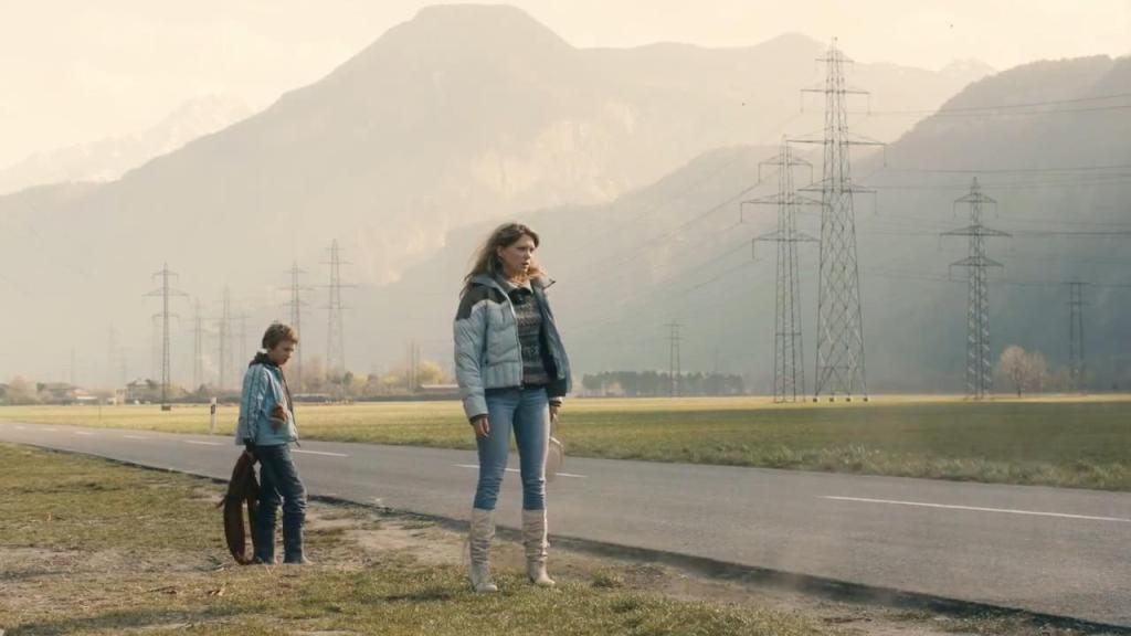 Simon (Kacey Mottet Klein) and Louise (Léa Seydoux) abandoned at the side of the road.