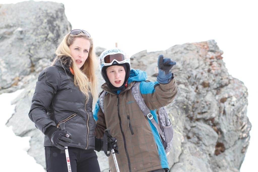 Simon (Kacey Mottet Klein) giving tourist Kristin (Gillian Anderson) some pointers.
