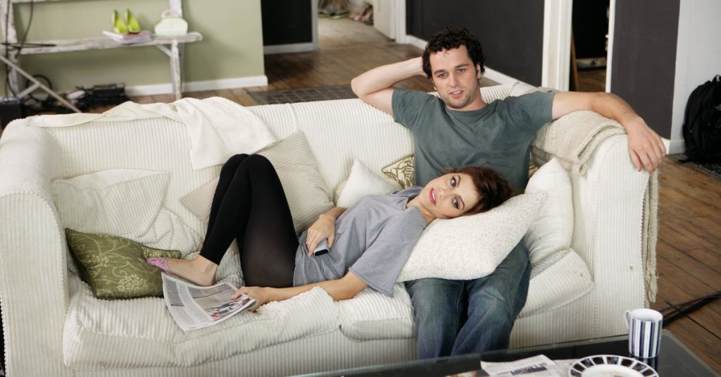 Jacks (Brittany Murphy) and Peter (Matthew Rhys) watching TV together.