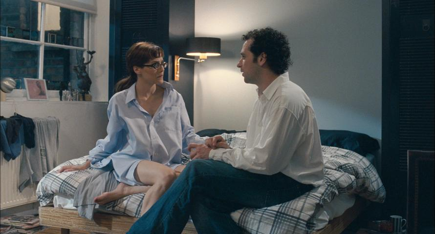 Jacks (Brittany Murphy) and Peter (Matthew Rhys) talking on his bed.