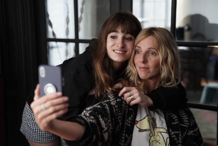 Héloïse (Sandrine Kiberlain) taking a selfie with her daughter Jade (Thaïs Alessandrin).