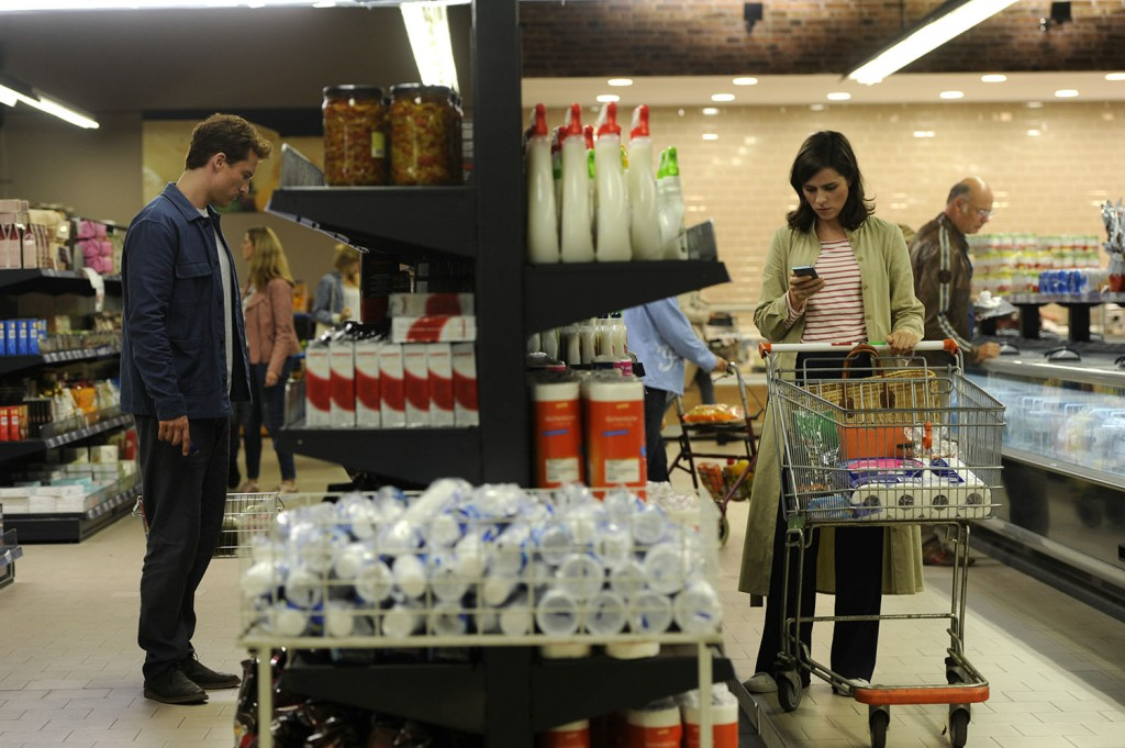 Leo (Alexander Fehling) and Emmi (Nora Tschirner) unknowingly in the same supermarket, separated only by a shelf.