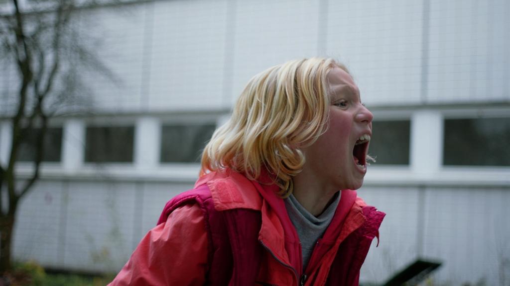 Benni (Helena Zengel) screming her heart out.