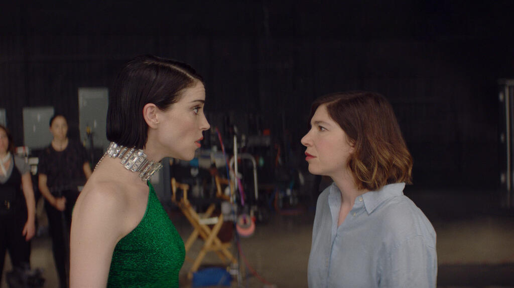 St. Vincent and Carrie Brownstein having an argument on set.