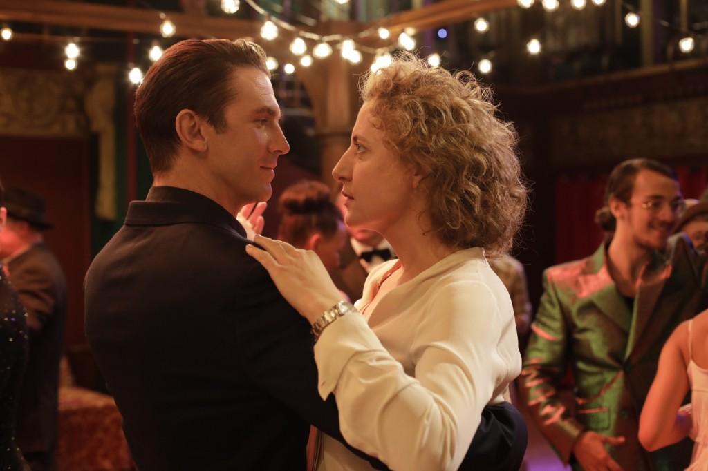 Alma (Maren Eggert) and Tom (Dan Stevens) dancing.