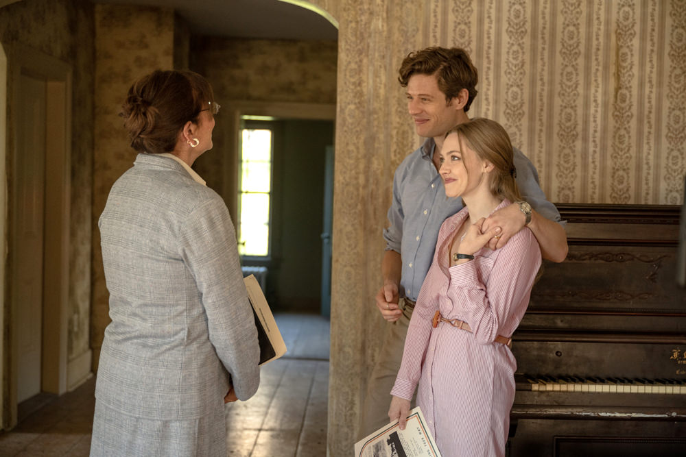 Catherine (Amanda Seyfried) and George (James Norton) looking at the house with a real estate agent.