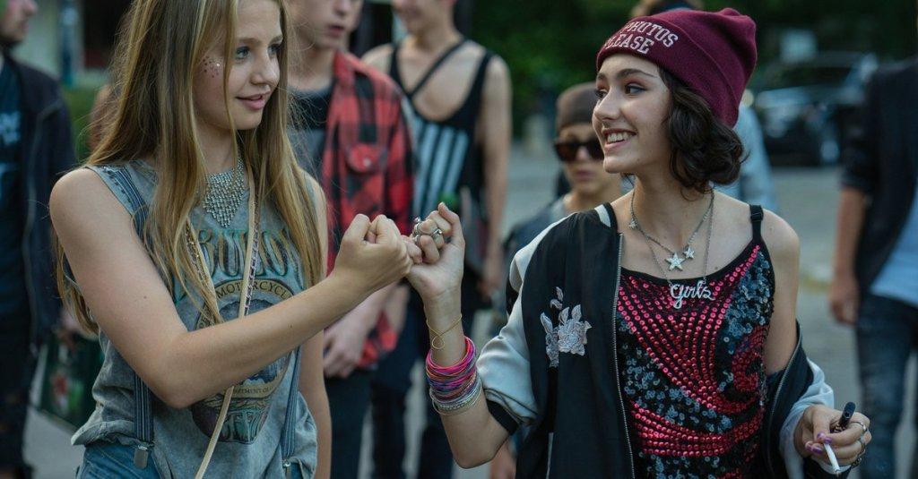 Jameelah (Emily Kusche) and Nini (Flora Thiemann) hooking their pinkies.