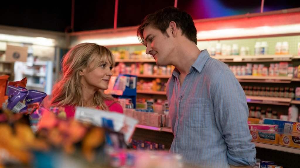 Cassandra (Carey Mulligan) and Ryan (Bo Burnham) goofing around in a pharmacy.