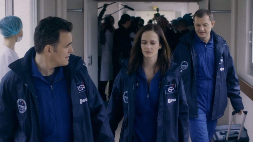 Sarah (Eva Green) and her colleagues Mike (Matt Dillon) and Anton (Aleksey Fateev) on their way into quarantine.