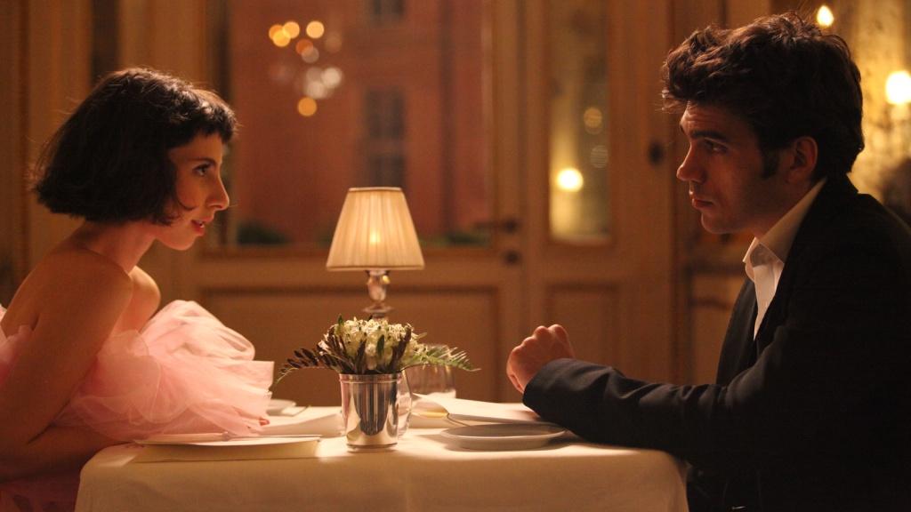 Marta (Ludovica Francesconi) and Arturo (Giuseppe Maggio) on a date in a restaurant.