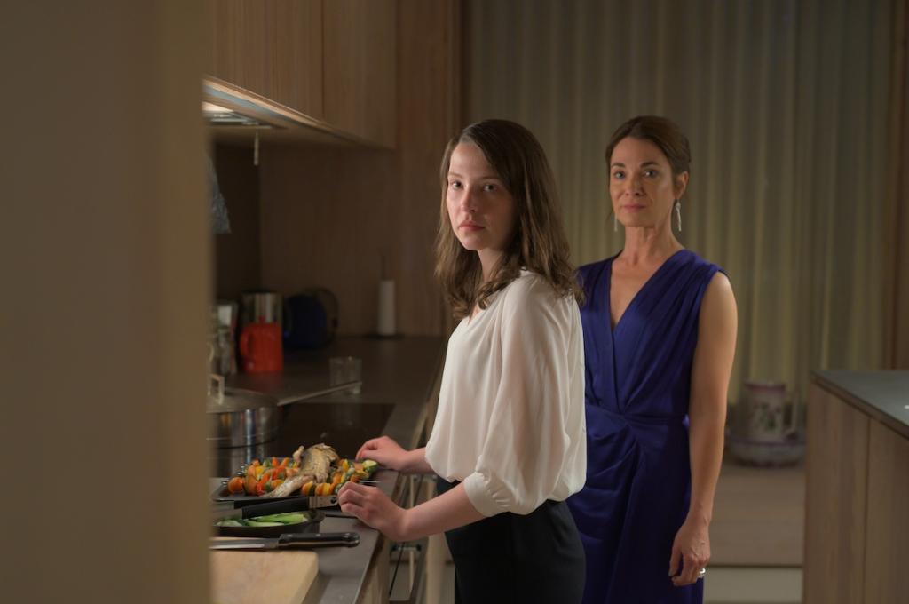 Cadi (Annes Elwy) and Glenda (Nia Roberts) preparing dinner.